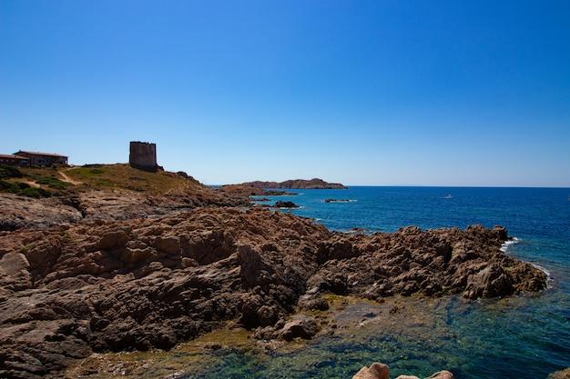 Brede opname van een rotsachtige heuvel met een kasteelgebouw
