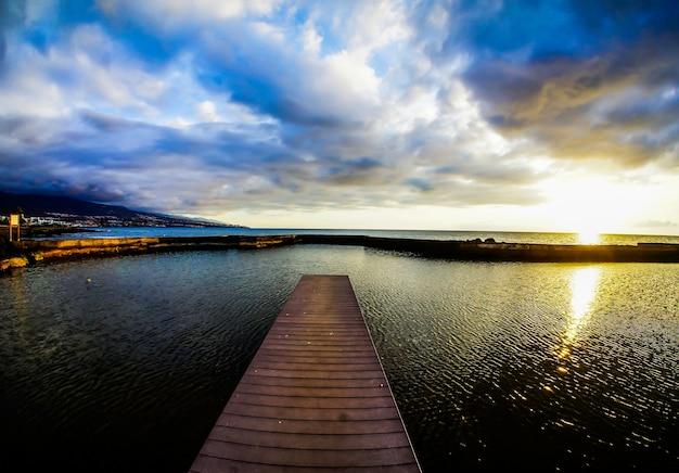 Brede opname van een strand van de canarische eilanden in spanje met een bewolkte hemel