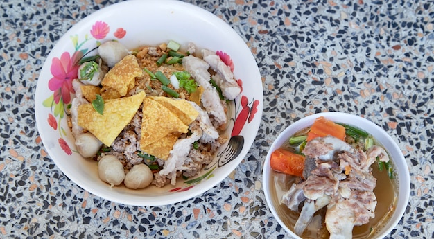 Brede rijstnoedels met groentenvarkensvlees