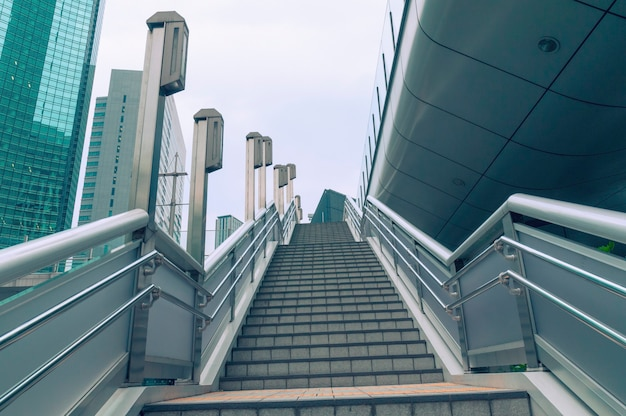 Brede trappen buiten tussen moderne wolkenkrabbers