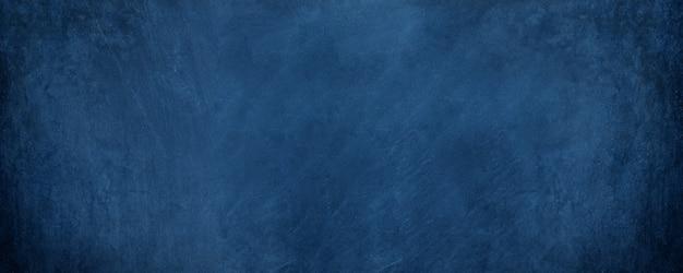 Breed horizontaal donkerblauw cement en overlay op schoolbordachtergrond