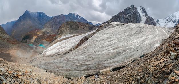 Breed panorama van de grote gletsjer, hoog in de bergen, bedekt met sneeuw en ijs. altaj winterlandschap.