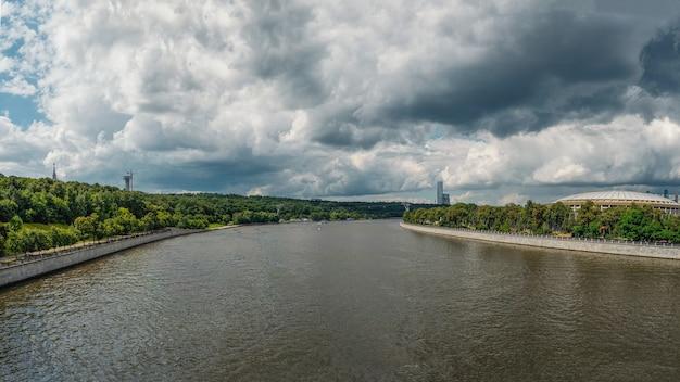 Breed panoramisch uitzicht op de moskou-rivier en de sparrow-heuvels.