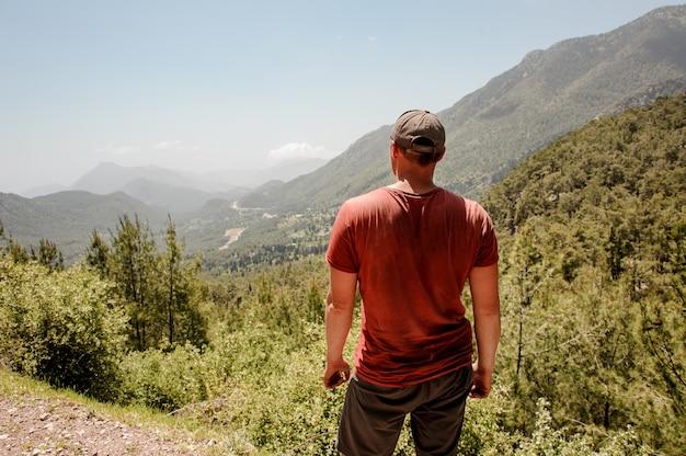 Breedgeschouderde man die zich voordeed in de turkse bergen
