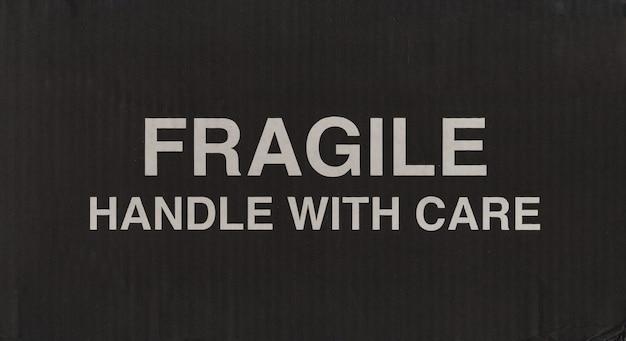 Breekbaar bord op zwarte golfkartonnen doos