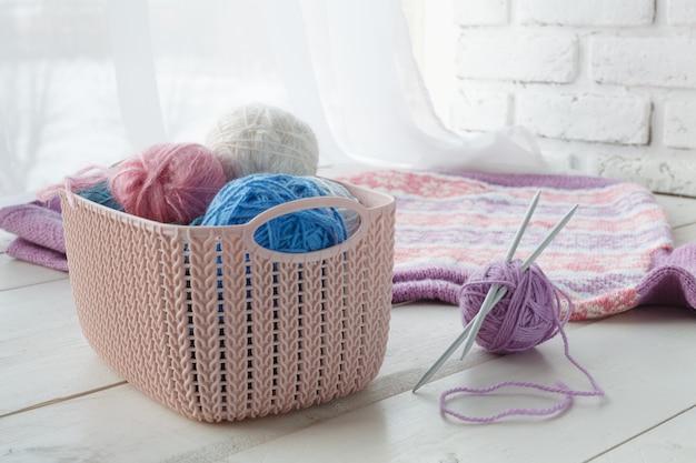 Brei dingen met huisorganisatoren gekleurde manden met handgemaakte accessoires