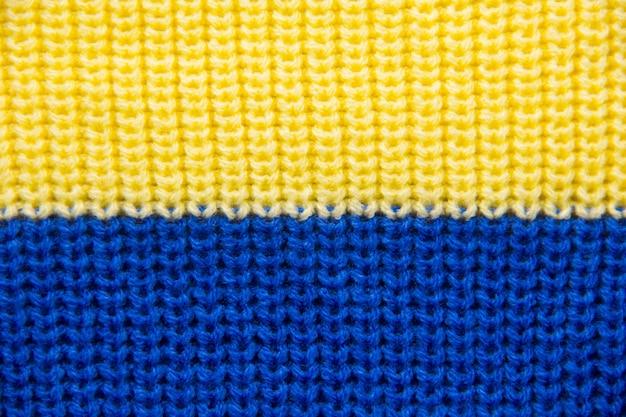 Brei van dichtbij. gekleurde gebreide wol close-up. geel-blauwe vlag van oekraïne.