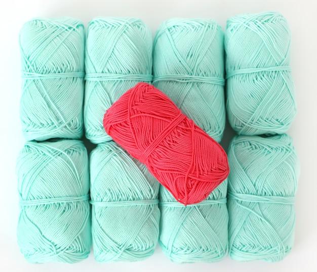 Breien, close-up. blauwe draden op tafel