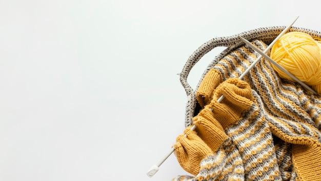 Breinaalden en wol in mand met exemplaarruimte