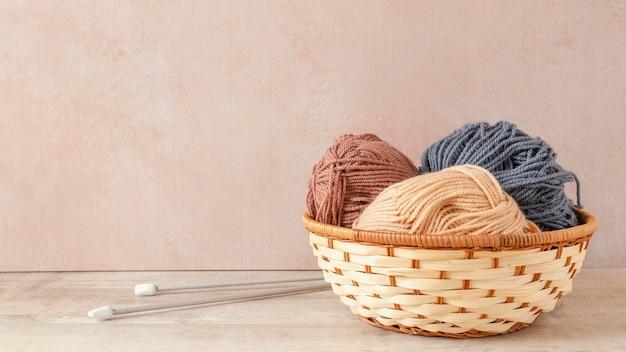 Breinaalden en wol in mand Premium Foto