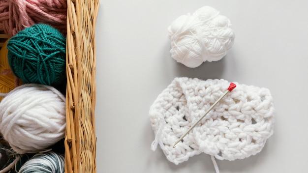 Breinaalden en wol in mand