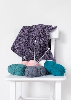 Breinaalden en wol op stoel
