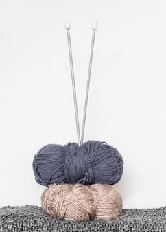 Breinaalden en wol op tafel
