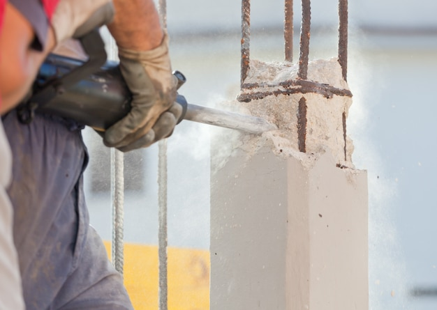 Breken van gewapend beton met jackhammer