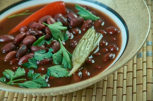 Brenebon - bruine bonensoep die veel voorkomt in nederland en oost-indonesië,