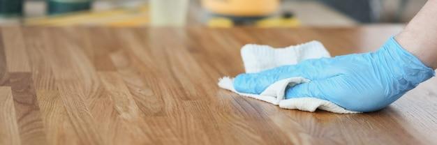 Breng houtverzorgingsolie aan op de productclose-up