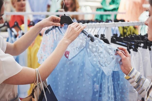 Breng tijd door met bestie. twee vrouwen die in detailhandel winkelen. close-up bekijken.