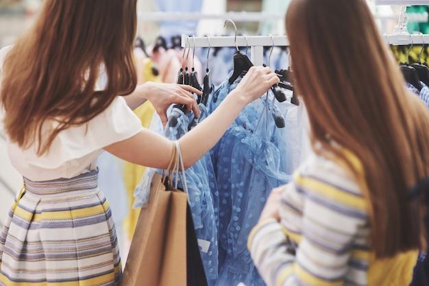 Breng tijd door met bestie. twee vrouwen winkelen in winkel. close up bekijken