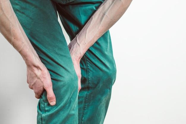Breuk van de meniscus. pijn onder de knie van een man. ontstekingsproces van het kniegewricht.