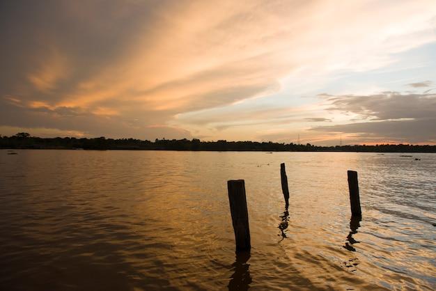 Breves, para, brazilië - breves-rivier in de braziliaanse amazone tijdens zonsondergang