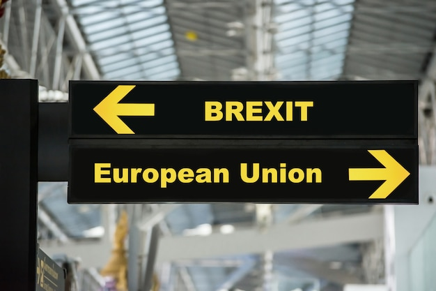 Brexit of britse uitgang op het bord van het luchthaventeken met vage achtergrond. brexit-concept.
