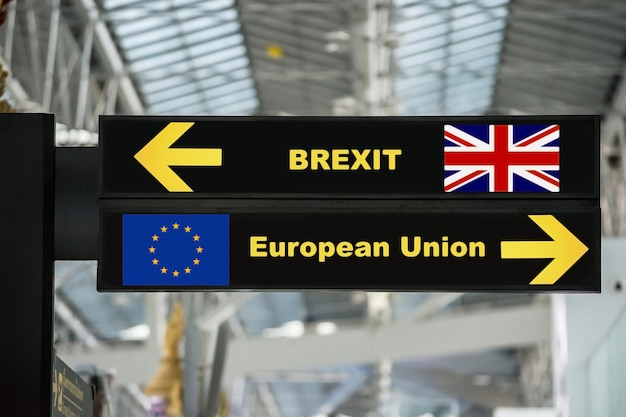 Brexit of britse uitgang op het bord van het luchthaventeken met vage achtergrond