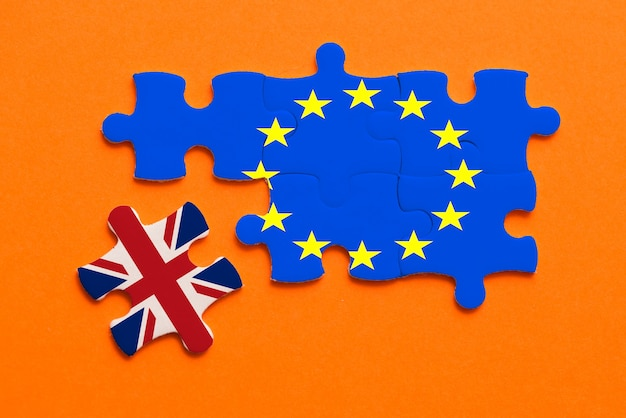 Brexit puzzel concept op oranje.