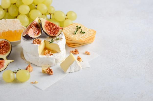 Brie-kaas met vijgen, druiven, honing en noten