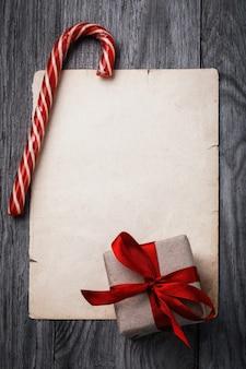 Brief aan de kerstman kerstcadeau en oud vel papier met kopieerruimte op een houten tafel