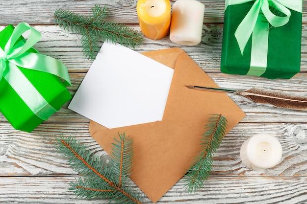 Brief aan de kerstman met papier op houten achtergrond