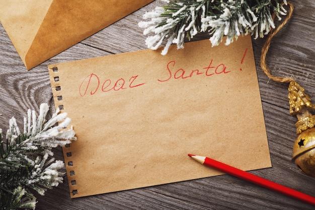 Brief aan de kerstman op een houten tafel