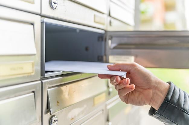 Brief in de brievenbus van een appartementengebouw