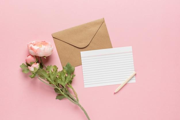 Brief met roze pioenrozen