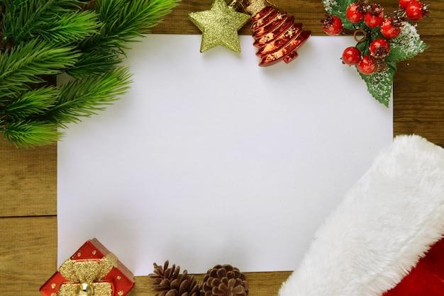 Brief voor de kerstman met kerstmuts op tafel close-up