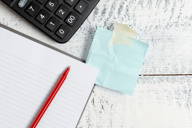 Briefidee opstellen, tekstdocumenten opsommen, handgeschreven artikel opstellen, abstracte wiskundige problemen oplossen, schrijfhulpmiddelen presenteren, materiaal verkopen