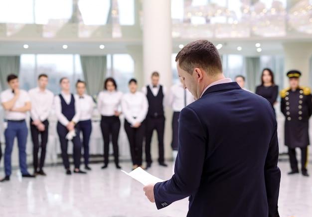 Briefing in het restaurant. de manager informeert het restaurant .. interactie met chef-kok in commerciële keuken