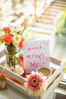Briefkaart gelukkige moeder`s dag op feestelijk dienblad