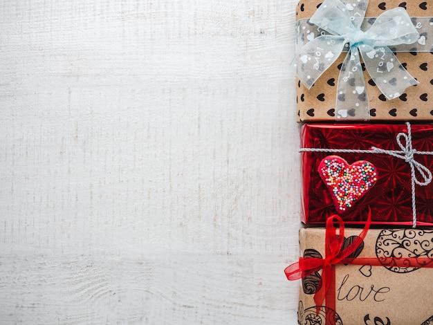 Briefkaart voor zoete woorden van liefde en heldere geschenkdozen