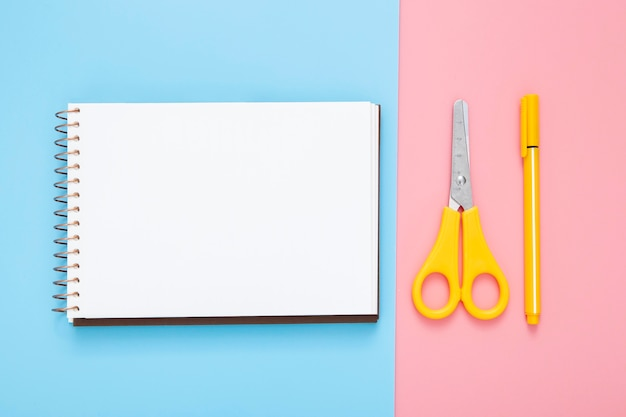 Briefpapier arrangement op bicolor achtergrond