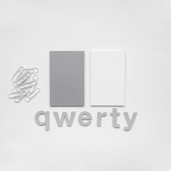 Briefpapier bedrijfs visitekaartjes en qwerty-concept