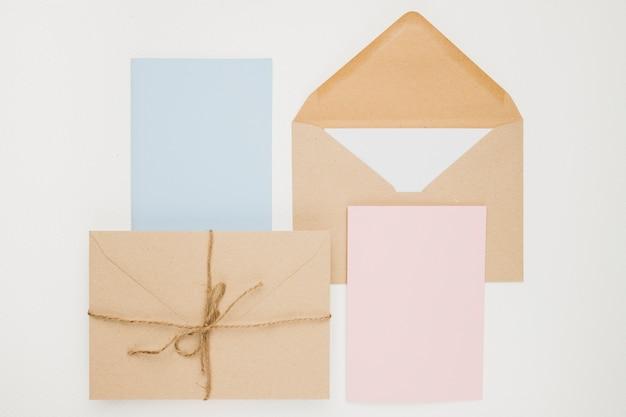 Briefpapier bruiloft uitnodiging concept in plat lag