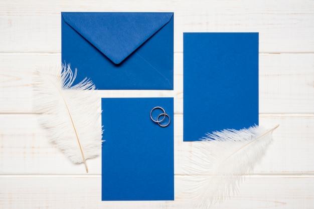 Briefpapier bruiloft uitnodiging met verlovingsringen