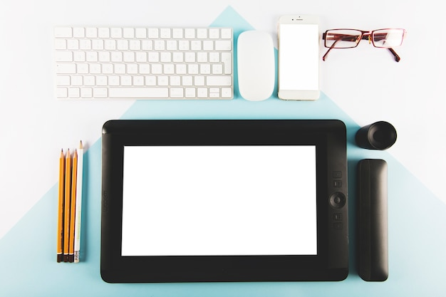 Briefpapier en een bril in de buurt van gadgets