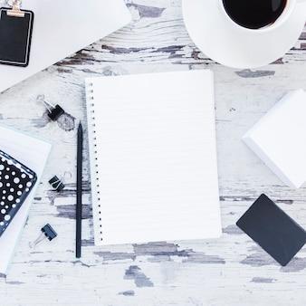 Briefpapier en kopje koffie op grungy bureau