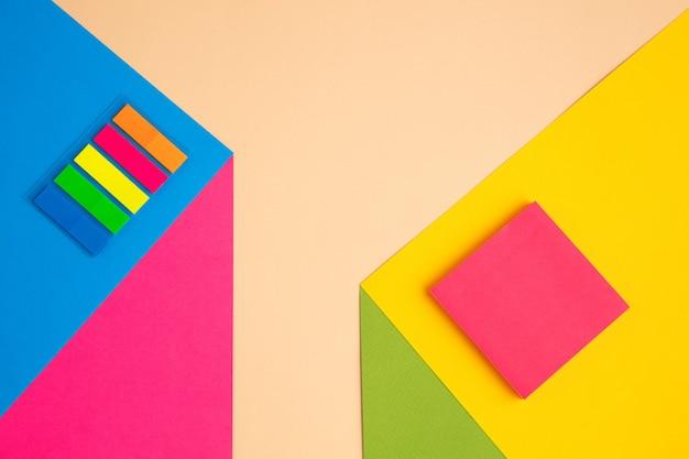 Briefpapier in felle popkleuren met visueel illusie-effect, moderne kunst. collectie, ingesteld voor onderwijs. copyspace voor advertentie. jeugdcultuur, stijlvolle dingen om ons heen. trendy creatieve werkplek.