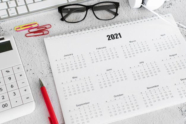 Briefpapier met hoge weergave 2021 kalender en rekenmachine