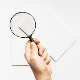 Briefpapier mockup met vergrootglas