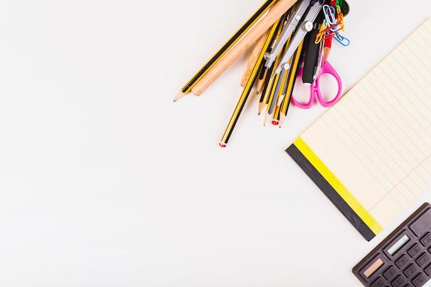 Briefpapier, notitieblok en rekenmachine
