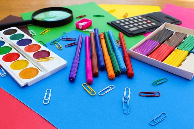 Briefpapier objecten. school- en kantoorbenodigdheden