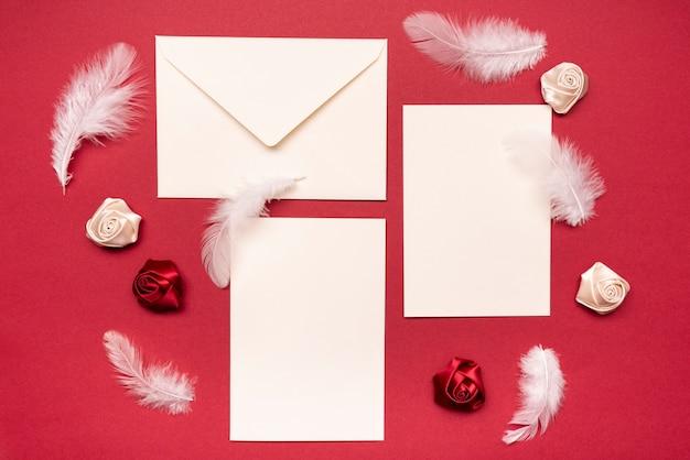 Briefpapier trouwkaarten op tafel